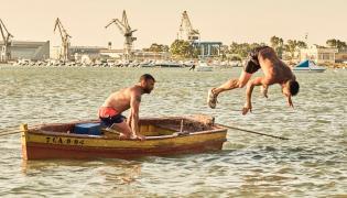 """Kadr z filmu """"Pomiędzy dwoma wodami"""""""