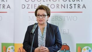 Minister edukacji narodowej Anna Zalewska podczas konferencji prasowej, po lekcji nt. profilaktyki zdrowotnej, która odbyła się w ramach Ogólnopolskiego Dnia Tornistra.
