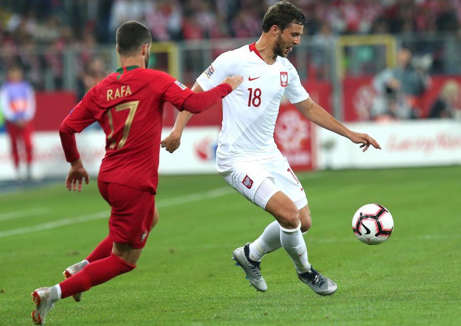 Polak Bartosz Bereszyński (P) i Rafa Silva (L) z Portugalii podczas meczu piłkarskiej Ligi Narodów w Chorzowie
