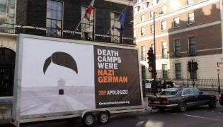 """Mobilny billboard z napisem """"Death Camps Were Nazi German"""" przed polską ambasadą w Londynie"""