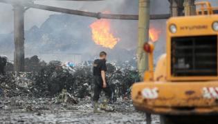 Pożar hałdy śmieci w Zgierzu