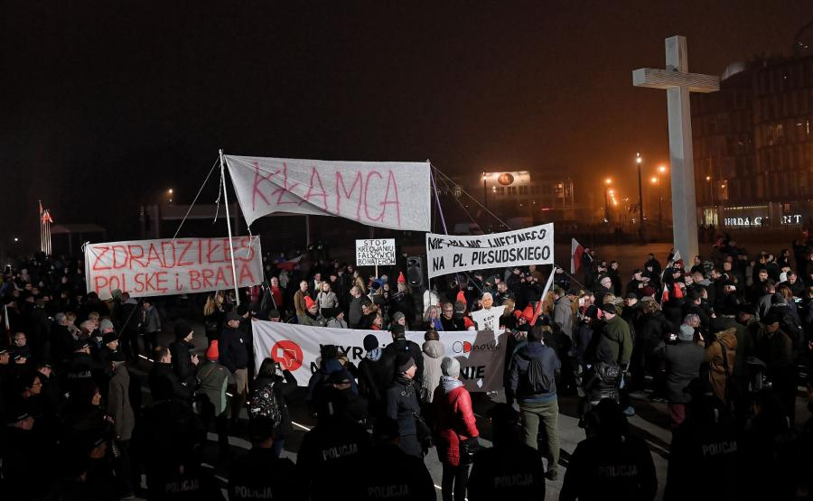 Protesty na placu Piłsudskiego