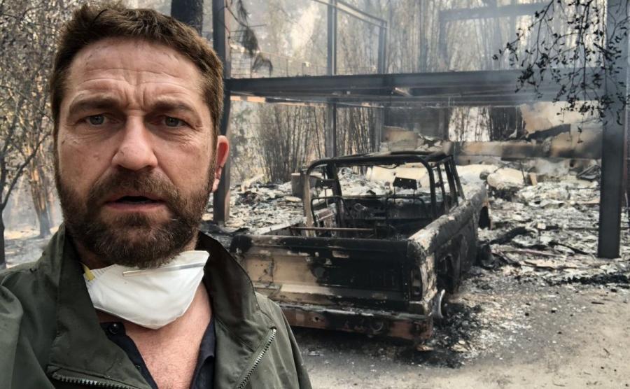 Gerard Butler na tle spalonej rezydencji