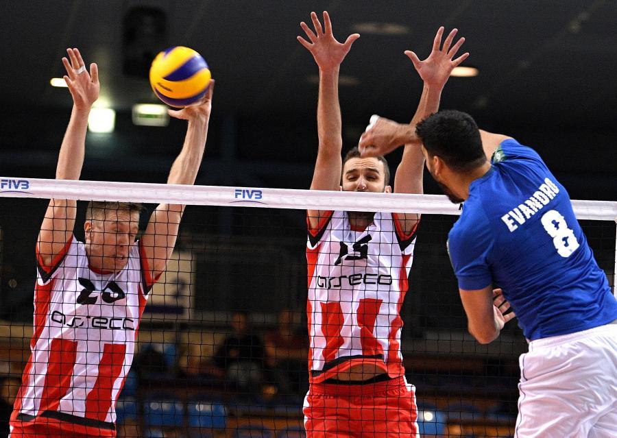 Siatkarze Asseco Resovii Rzeszów David Smith (L) i Mateusz Mika (2L) oraz Evendro Guerra (P) z Sada Cruzeiro