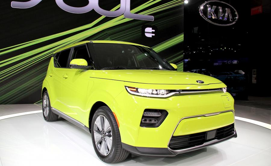 Soul EV ma nowe przednie i tylne zderzaki, które poprawiają aerodynamikę. Gniazdo ładowania wkomponowano nad srebrną ramką przypominającą słynny tygrysi nos, czyli znak rozpoznawczy marki Kia. Reflektory wykonano w technologii LED