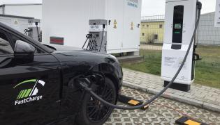 Samochód badawczy Porsche wstępnie może osiągać moc ładowania 400 kW – po raz pierwszy w aucie osobowym. Pozwala na to innowacyjny układ chłodzenia. Zapewnia on jeszcze bardziej równomierną, precyzyjną kontrolę temperatury w ogniwach