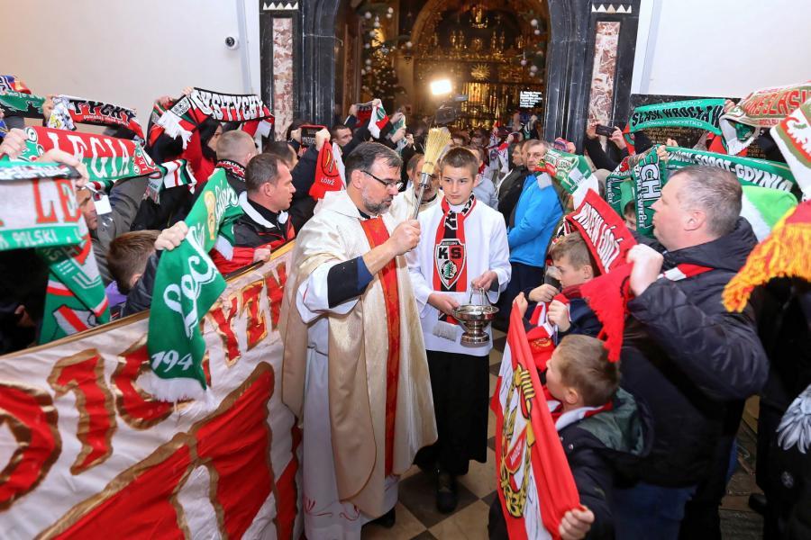 Ks. Leszek Ziola (C) podczas mszy św. w Kaplicy Cudownego Obrazu. XI Patriotyczna Pielgrzymka kibiców na Jasną Górę