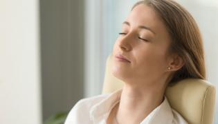 Kobieta relaksuje się