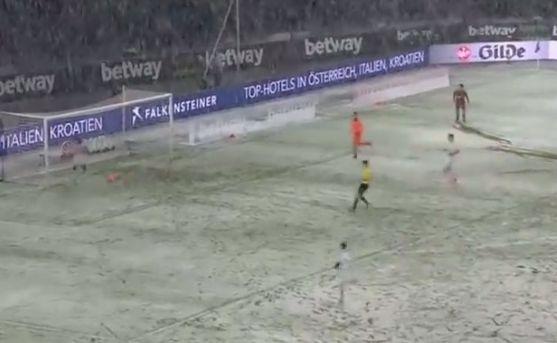Śnieg zatrzymał piłkę przed bramką