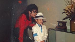 "Michael Jackson i Wade Robson. Kadr z filmu ""Laeving Neverland"""