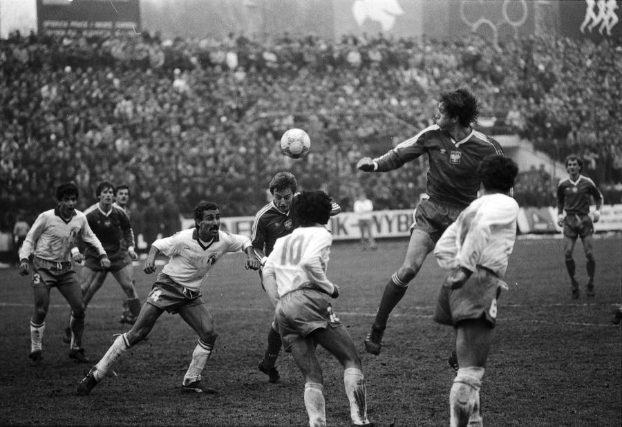 Waldemar Prusik główkuje podczas meczu Polska-Cypr. Gdańsk 1987