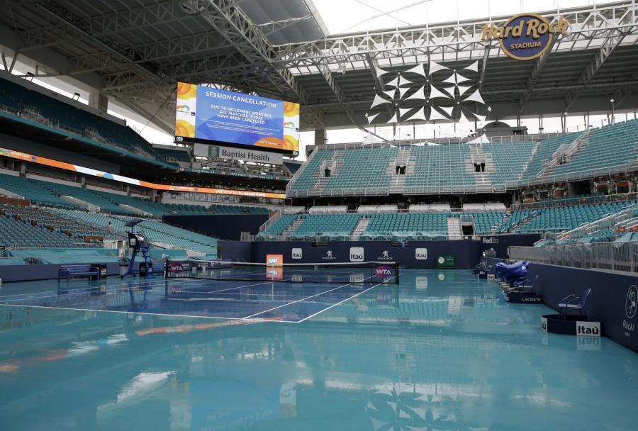 Zalane deszczem korty w Miami