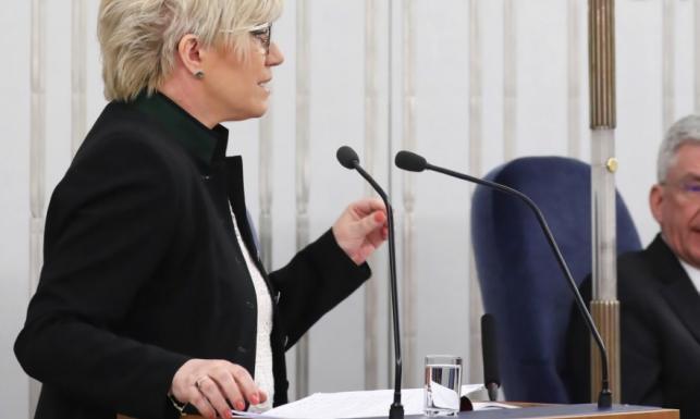 Prezes Przyłębska eksperymentuje z fryzurą. Inspiracja irokezem dała genialny efekt. FOTO
