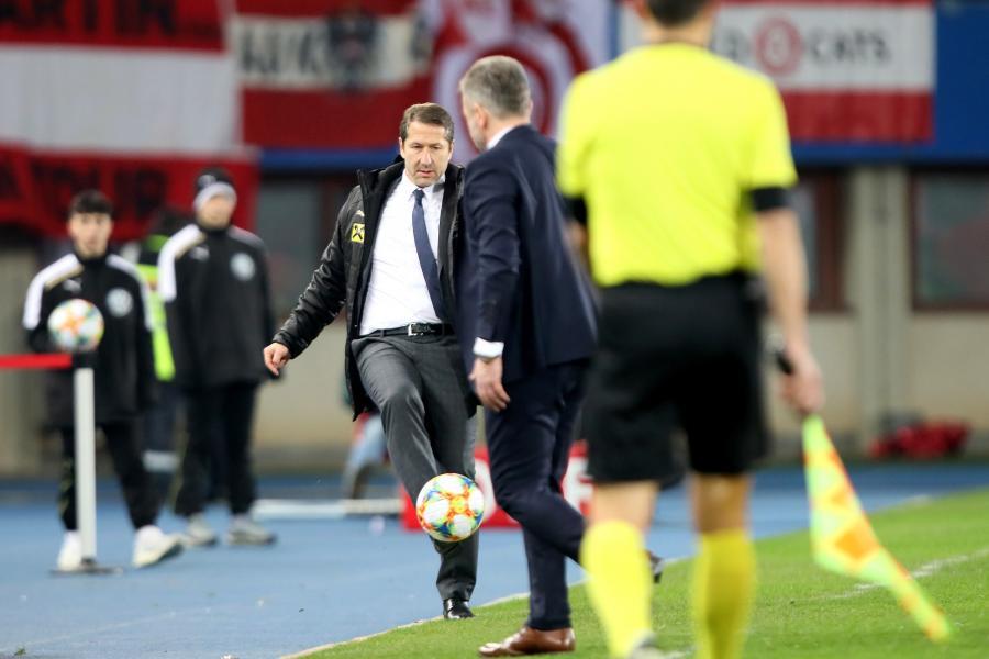 Trener piłkarskiej reprezentacji Austrii Franco Foda (C) podczas inauguracyjnego meczu eliminacji mistrzostw Europy 2020 grupy G z Polską