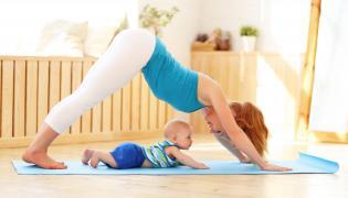 Kobieta ćwiczy z niemowlakiem