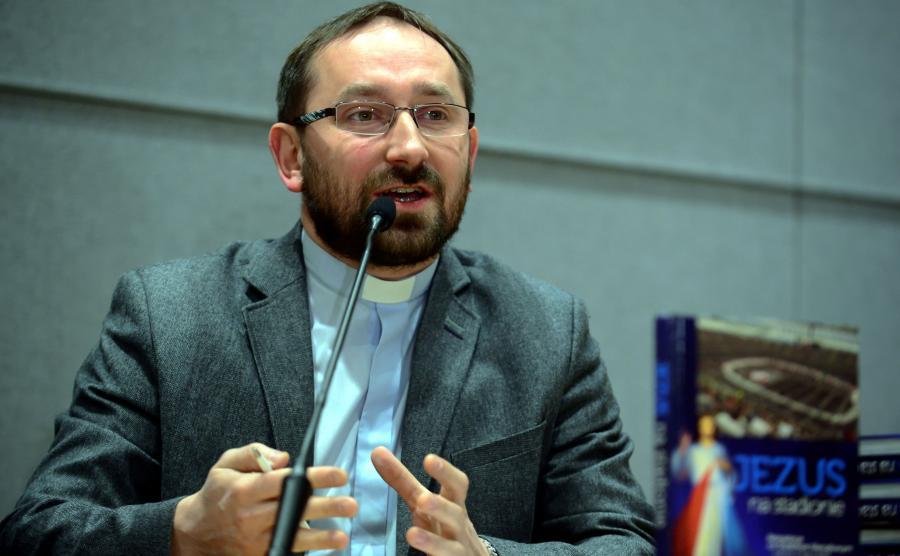 Ksiądz Rafał Jarosiewicz z fundacji SMS z Nieba