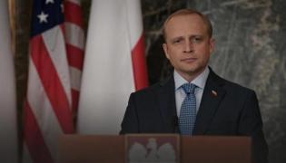 """Piotr Adamczyk jako prezydent Polski w serialu """"Madam Secretary"""""""