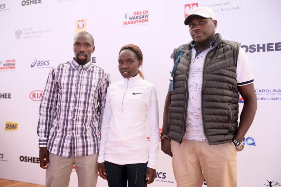 Trzykrotny zwycięzca ORLEN Warsaw Marathon (2015, 2016, 2018), Kenijczyk Ezekiel Omullo (L) i debiutująca na trasie 42 km i 195 metrów Kenijka Antonina Kwambai (C) podczas konferencji prasowej