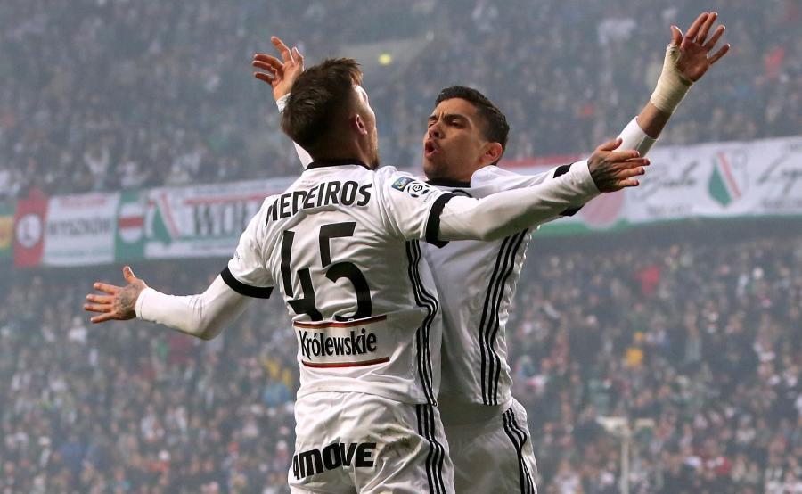 Piłkarze Legii Warszawa Iuri Medeiros (L) i Andre Martins (P) cieszą się z gola podczas meczu Ekstraklasy z Pogonią Szczecin