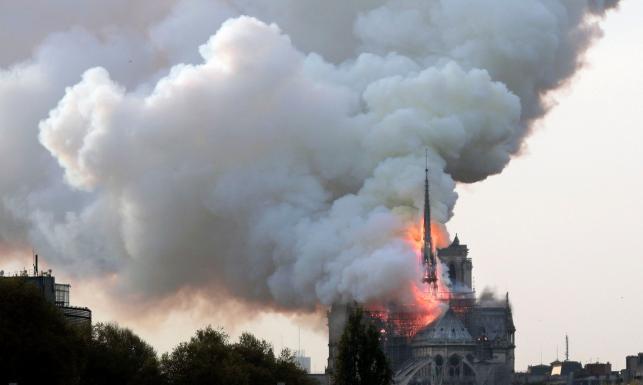 Spłonęła paryska katedra Notre Dame [ZDJĘCIA]