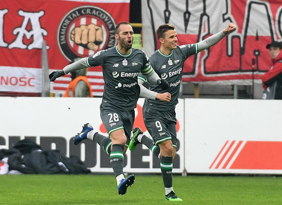Piłkarze Lechii Gdańsk Flavio Paixao (L) i Patryk Lipski (P) cieszą się z gola podczas meczu Ekstraklasy z Cracovią