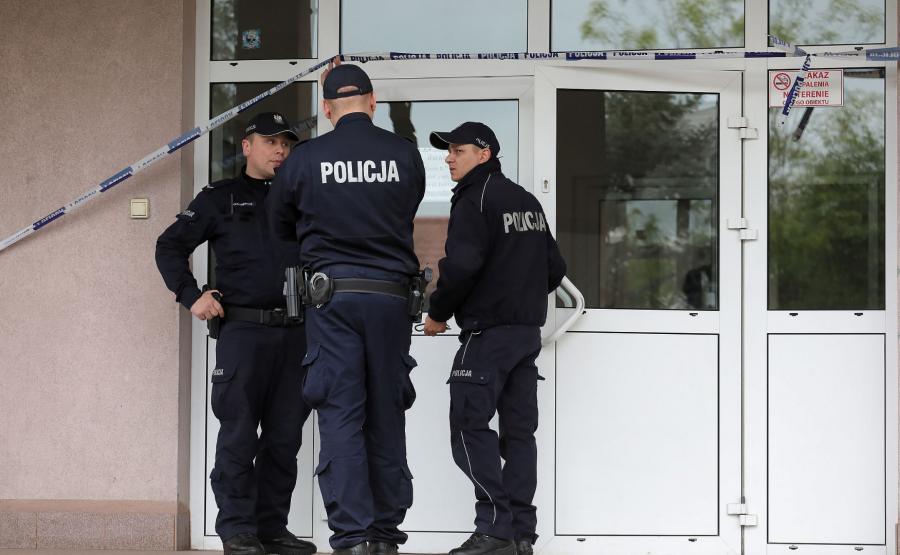 Policja przed szkołą w Wawrze