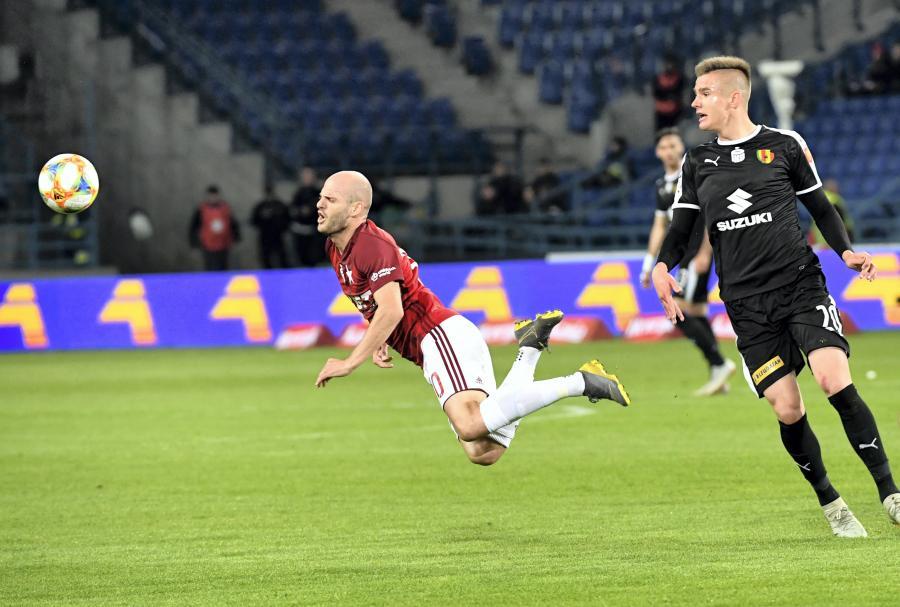 Piłkarz Wisły Kraków Vullnet Basha (L) i Oskar Sewerzyński (P) z Korony Kielce podczas meczu grupy spadkowej Ekstraklasy