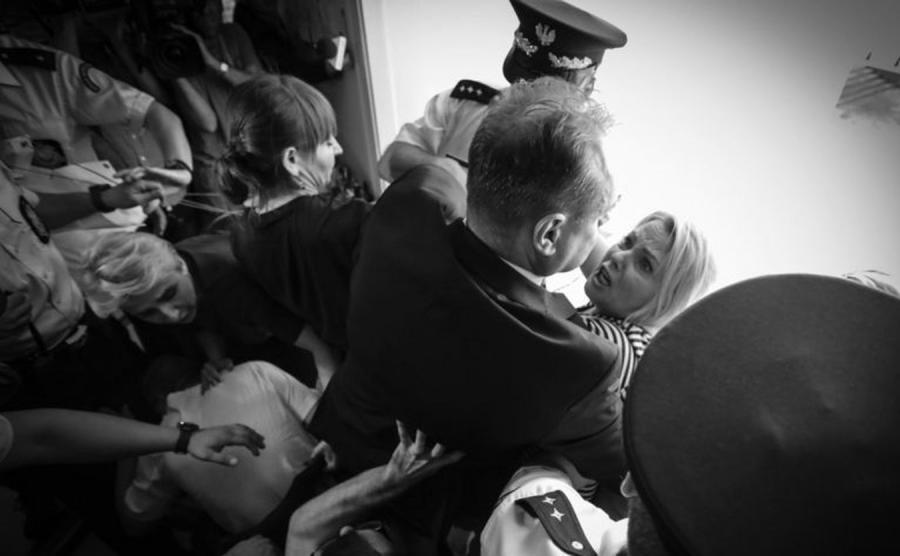 Zdjęcie Roku - Matka niepełnosprawnego Jakuba, Iwona Hartwich, w starciu z sejmowym strażnikiem. Fot. Sławomir Kamiński (Gazeta Wyborcza)