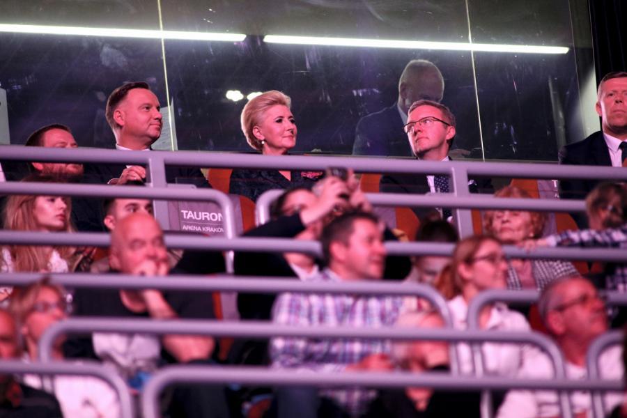 Para Prezydencka Andrzej Duda (L) z Agatą Kornhauser-Duda (C) i Sekretarz Stanu - Szef Gabinetu Prezydenta RP Krzysztof Szczerski (2P) podczas pożegnalnego benefisu Agnieszki Radwańskiej w TAURON Arena Kraków