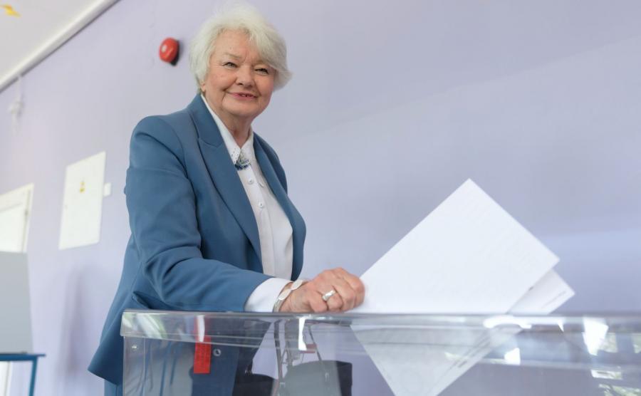 Europoseł Krystyna Łybacka głosuje w Obwodowej Komisji nr 113 w Poznaniu