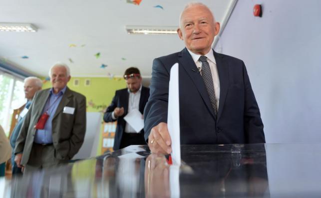 Były premier Leszek Miller głosuje w Obwodowej Komisji nr 113 w Poznaniu