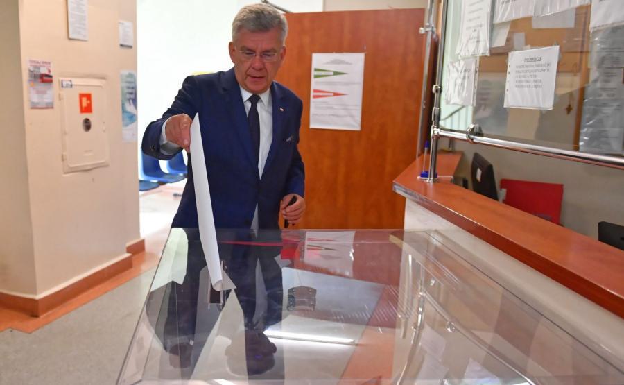 Marszałek Senatu Stanisław Karczewski głosuje w lokalu wyborczym w Nowym Mieście nad Pilicą