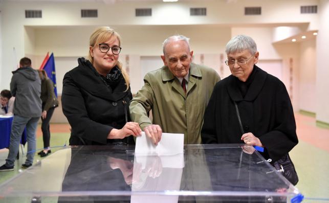 Wdowa po Pawle Adamowiczu, Magdalena Adamowicz (L) oraz rodzice Pawła Adamowicza, Ryszard i Teresa Adamowicz głosują w lokalu wyborczym w Zespole Szkół Łączności w Gdańsku