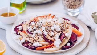 Sałatka z pieczonymi warzywami i komosą ryżową