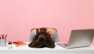 Zmęczona kobieta przy biurku