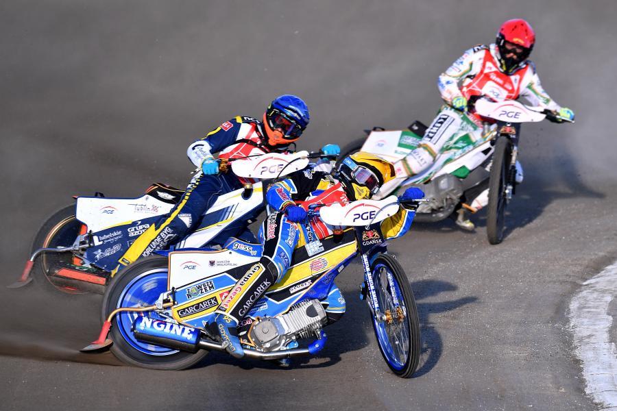 Szwed Fredrik Lindgren (kask czerwony), Mikkel Michelsen z Danii (niebieski) i Polak Bartosz Zmarzlik (żółty)
