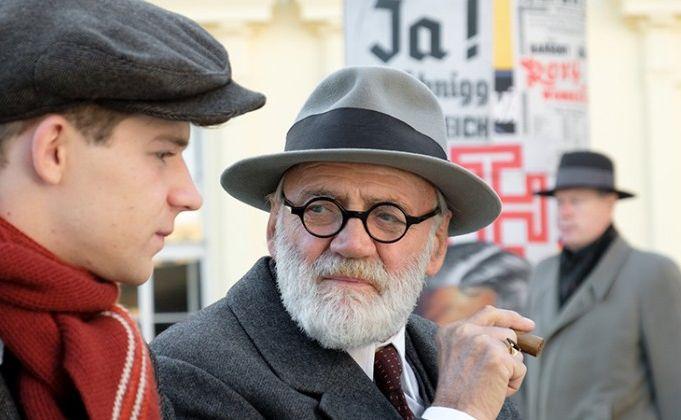 Bruno Ganz jako Zygmunt Freud w filmie \