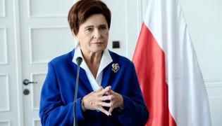 """Ewa Kasprzyk jako Beata Szydło w filmie """"Polityka"""" Patryka Vegi"""