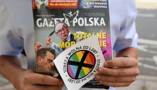 """""""Gazeta Polska"""" z naklejką """"Strefa wolna od LGBT"""""""