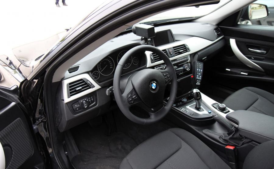 W BMW serii 3 Gran Turismo kierowca siedzi o 6 cm wyżej niż w sedanie. Każde z 31 nieoznakowanych bawarskich aut skrywa na pokładzie kamerę z przodu i z tyłu. Pomiar prędkości ma odbywać się tak, jak obecnie w BMW serii 3 sedan – czyli wyświetlana na nagraniu wartość jest mierzona na kołach radiowozu. Dlatego, żeby wykonać poprawny pomiar, auto z wideorejestratorem (Videorapid 2A) musi na początku i na końcu odcinka pomiarowego znajdować się w takiej samej odległości od nagrywanego pojazdu