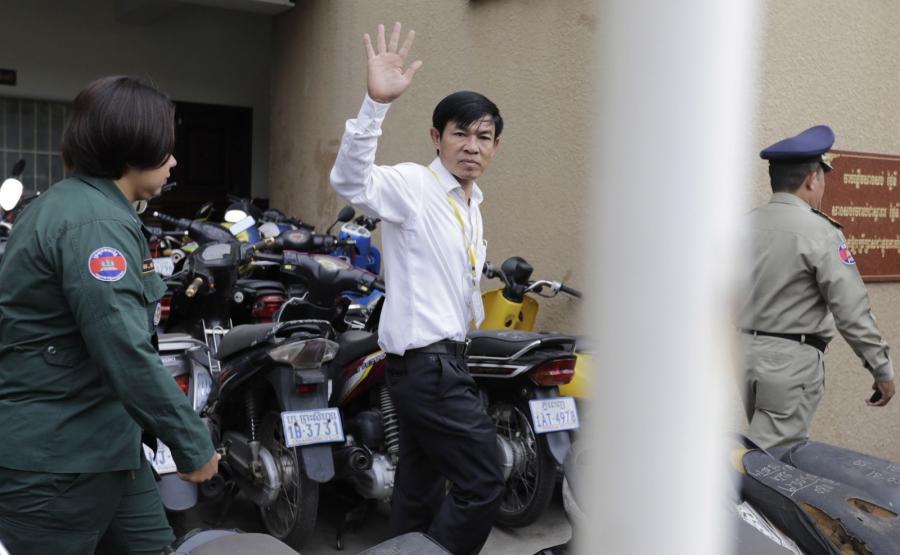Dziennikarz Uon Chhin doprowadzany przed sąd