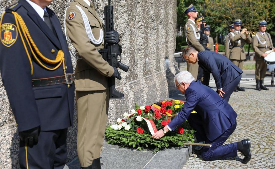 Minister spraw zagranicznych Niemiec Heiko Maas (3P) i minister spraw zagranicznych RP Jacek Czaputowicz (2P) podczas ceremonii złożenia wieńców pod Pomnikiem Ofiar Rzezi Woli