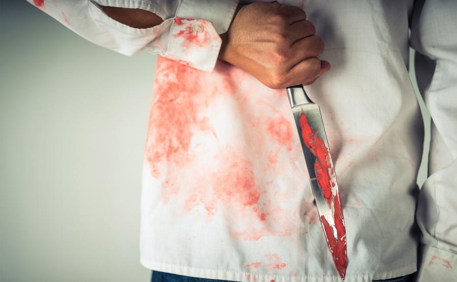 Plamy krwi i mężczyzna z nożem