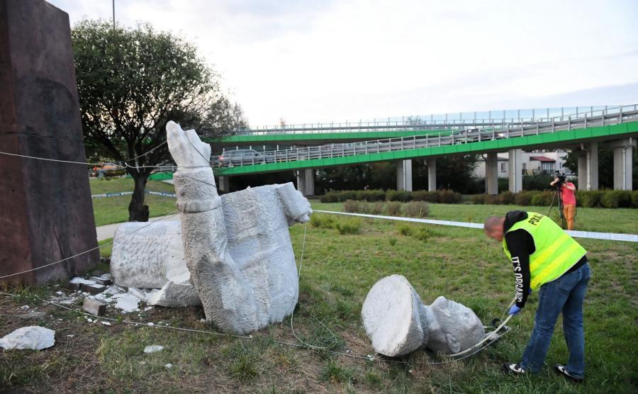 przewrócony pomnik gen. Zygmunta Berlinga