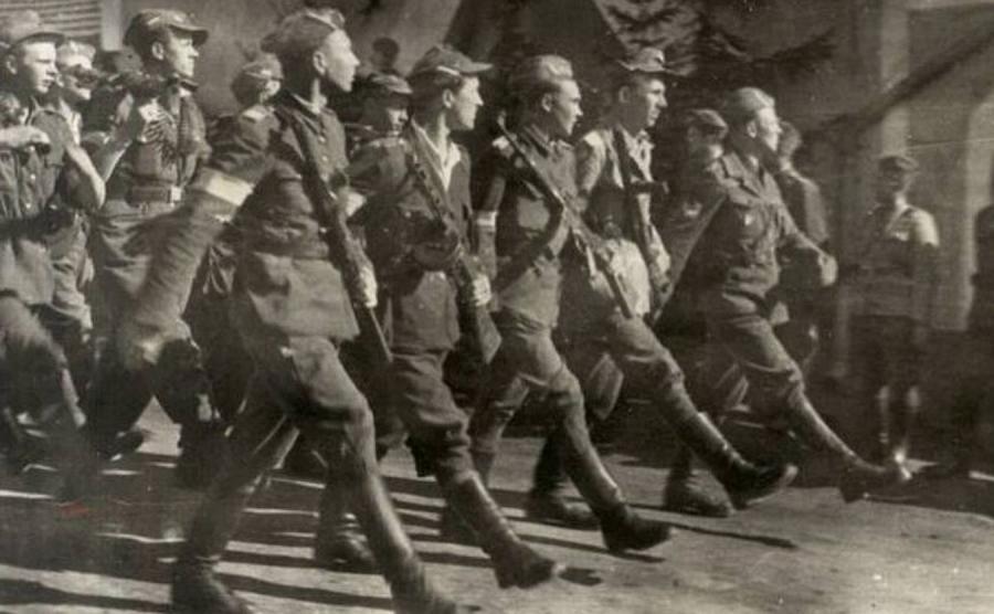 Żołnierze oddziału Brygady Świetokrzyskiej podczas parady w 1945 r.