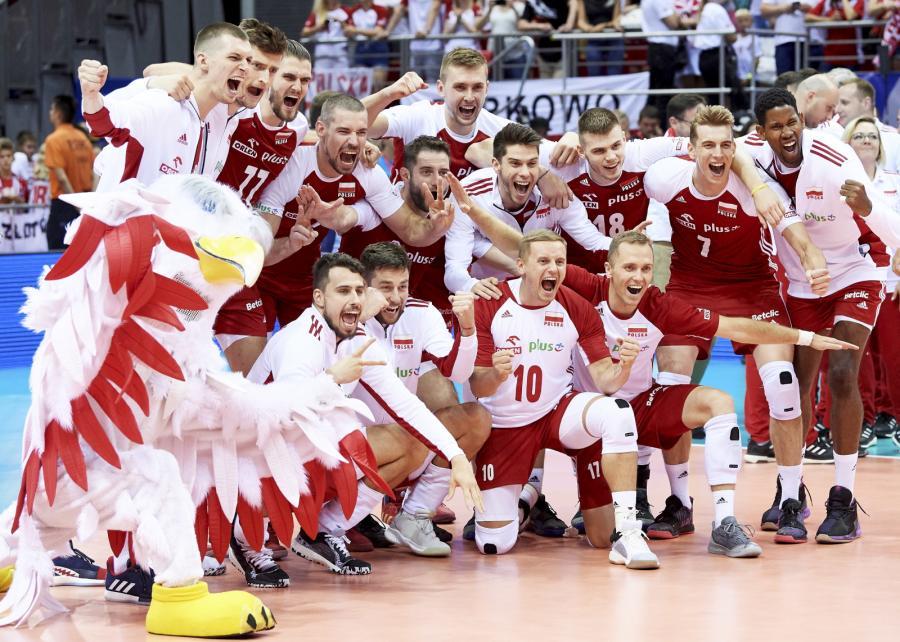Siatkarze reprezentacji Polski cieszą się ze zwycięstwa po meczu turnieju kwalifikacyjnego do igrzysk olimpijskich ze Słowenią