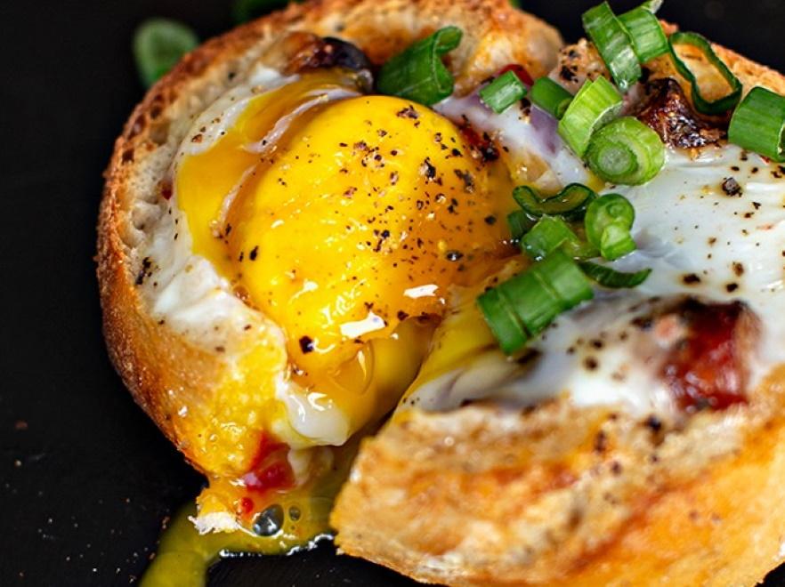 Bułka pieczona z jajkiem i kabanosem