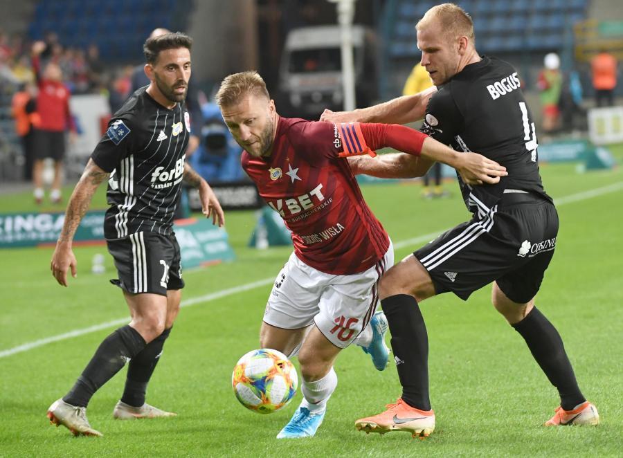 Piłkarz Wisły Kraków Jakub Błaszczykowski (C) i Artur Bogusz (P) z ŁKS Łódź podczas meczu Ekstraklasy