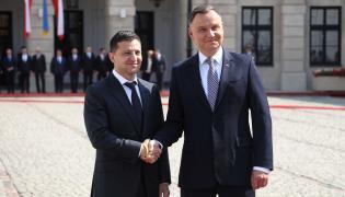Prezydent RP Andrzej Duda i prezydent Ukrainy Wołodymyr Zełenski podczas oficjalnego powitania na dziedzińcu Pałacu Prezydenckiego w Warszawie