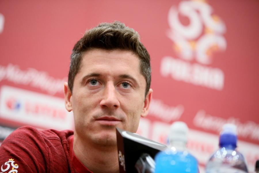 Napastnik piłkarskiej reprezentacji Polski Robert Lewandowski podczas konferencji prasowej w Warszawie